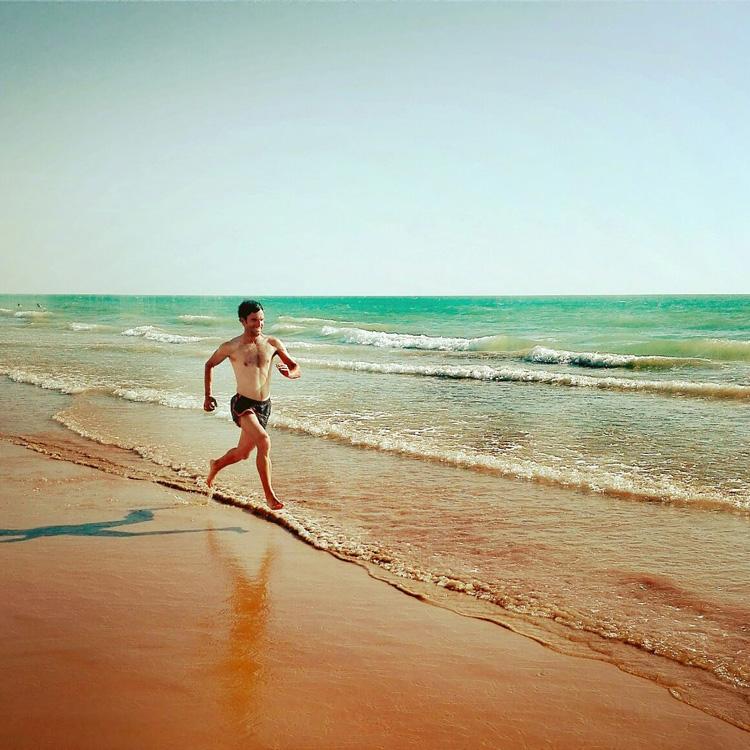Entrenamiento en la playa. Fernando corriendo por la arena.